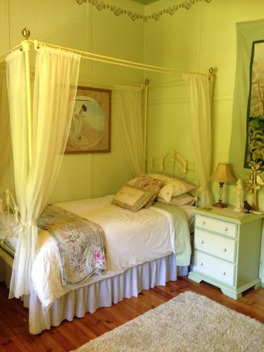 A bed or beds in a room at Cockatoo Cottage