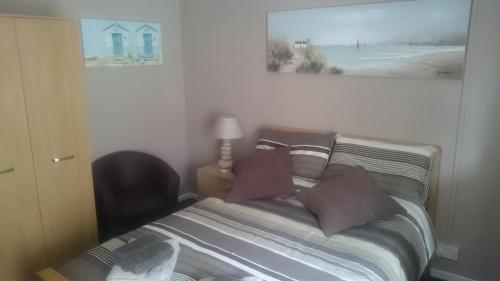 A bed or beds in a room at Seven Stars Inn