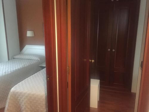 A bed or beds in a room at Hotel Ovetense