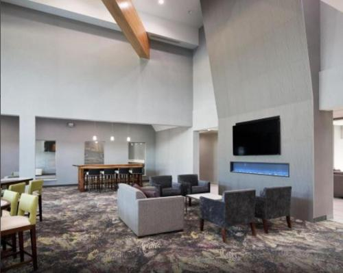 A seating area at Homewood Suites By Hilton Topeka