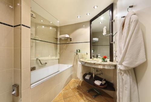 Ein Badezimmer in der Unterkunft Grand Hotel Bohemia