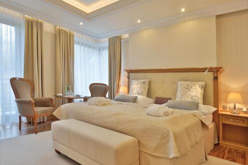 Ein Bett oder Betten in einem Zimmer der Unterkunft Retro Riverside Wellness Resort