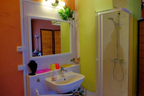 A bathroom at B&B Le Cottage Paris Saclay