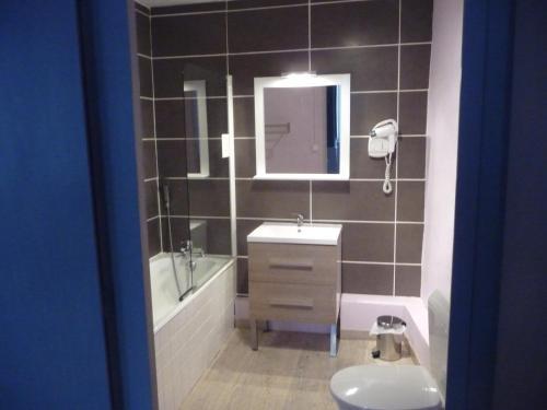 Een badkamer bij Hôtel du Commerce