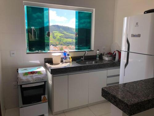 A kitchen or kitchenette at Apartamento em Capitolio