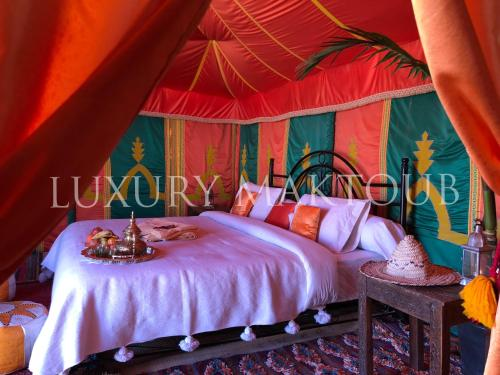 A bed or beds in a room at Luxury Maktoub