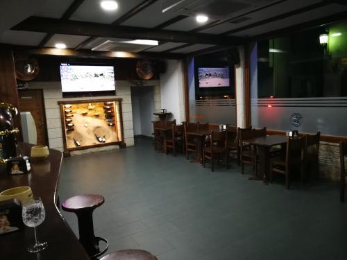 Un restaurante o sitio para comer en Pension Esquina