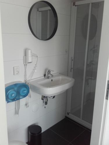 A bathroom at Kamerverhuur Mossels&Meer