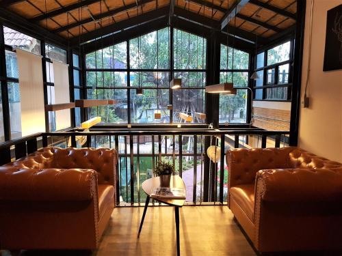 Ein Sitzbereich in der Unterkunft Baan Mai Kradan Hostel Chiang Rai
