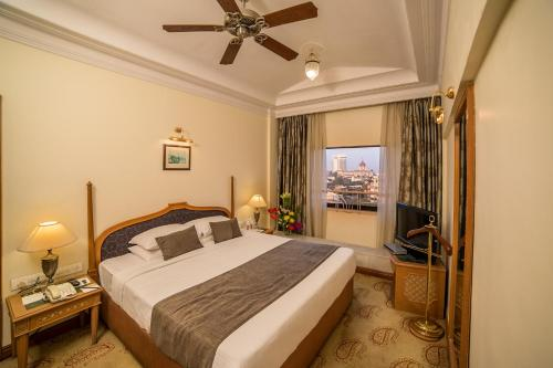 A bed or beds in a room at Fariyas Hotel Mumbai , Colaba