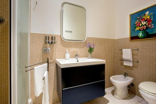 A bathroom at Roma Central Guest House