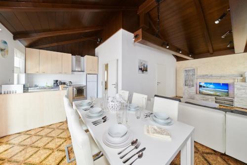 A kitchen or kitchenette at Apartments Gvarda