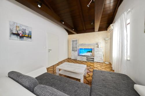 A seating area at Apartments Gvarda