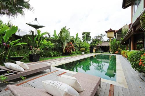 Der Swimmingpool an oder in der Nähe von Sasa Bali Villas