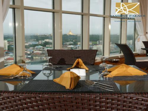 ジャスミン パレスにあるレストランまたは飲食店