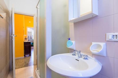 A bathroom at Pochi minuti da metro, calmo, verde, wifi, parcheggio