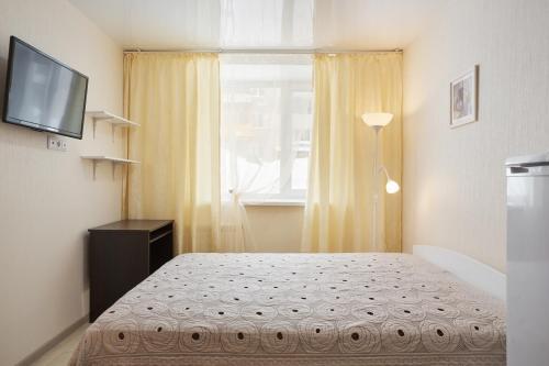 Кровать или кровати в номере Apartment ot Nadezhdy Uchebnaya