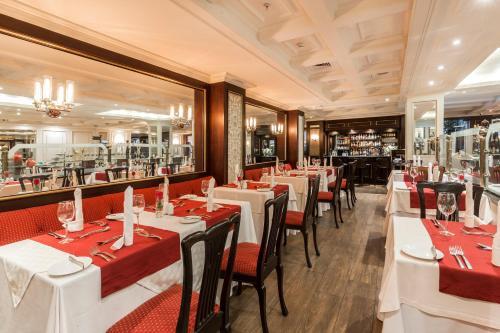 Un restaurante o sitio para comer en Park Plaza Santiago