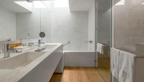 A bathroom at Casa do Rio Wine Hotel - Vallado