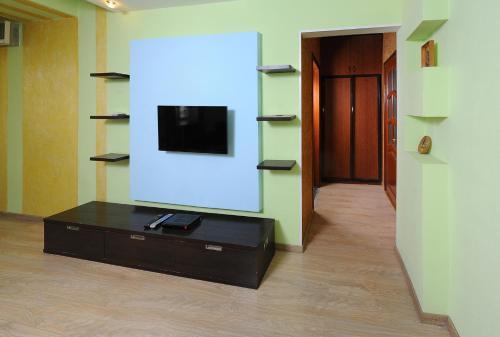 Телевизор и/или развлекательный центр в Omsk Sutki Apartments at Pushkina 99 floor 3