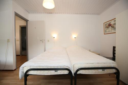 A bed or beds in a room at Vroeleneind