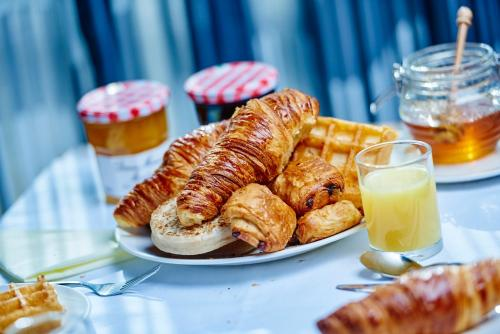 Breakfast options available to guests at Jurys Inn Edinburgh