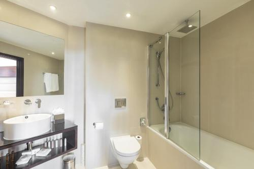 A bathroom at Park Grand London Heathrow