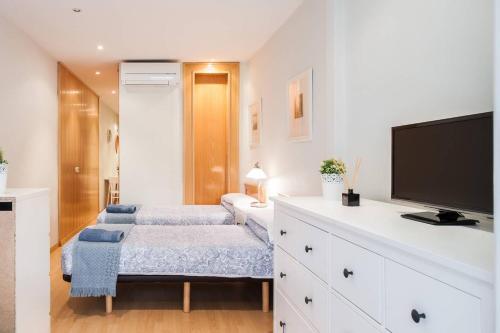 Un pat sau paturi într-o cameră la Nice apartment near Barcelona center