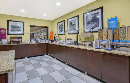 A restaurant or other place to eat at Hampton Inn Conyers