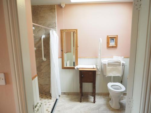 A bathroom at Coolanowle Self Catering Holiday Accommodation
