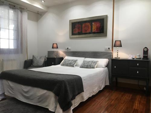 A bed or beds in a room at Hotel Itxas Gain Getaria