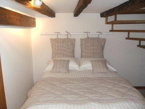 A bed or beds in a room at Appartements Au Bouchon Brionnais