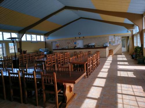 A restaurant or other place to eat at Albergue Santiago Apostol