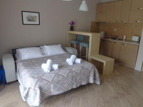 A bed or beds in a room at Apartments Bella di Mare