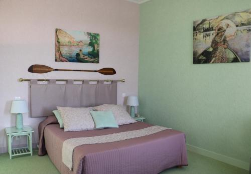 A bed or beds in a room at La Chaîne D'or