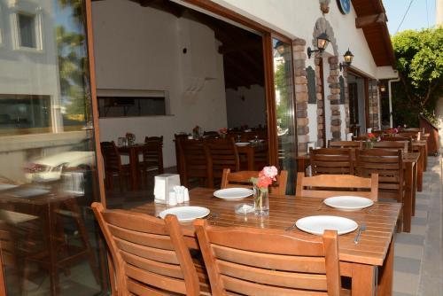 Een restaurant of ander eetgelegenheid bij Villa Nergis