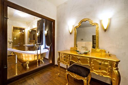 A bathroom at Arcadie Hotel & Apartments