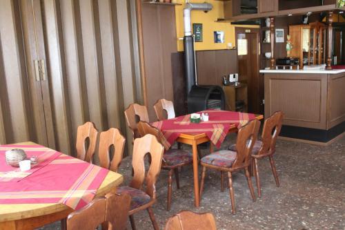 Ein Restaurant oder anderes Speiselokal in der Unterkunft Landgasthof Kreinitz