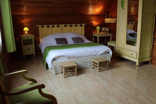 A bed or beds in a room at La Brissauderie