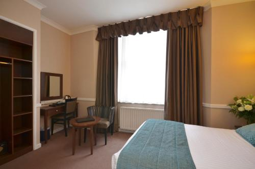 A bed or beds in a room at Princes Square