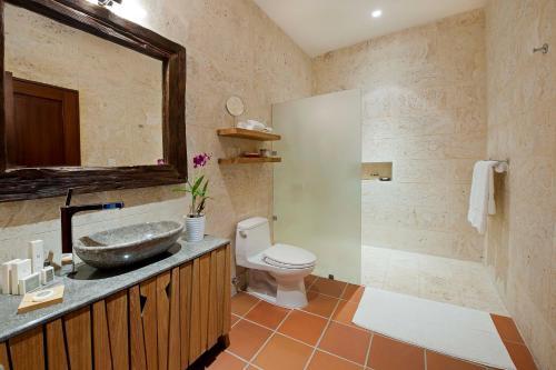 A bathroom at Casas del XVI Boutique Hotel