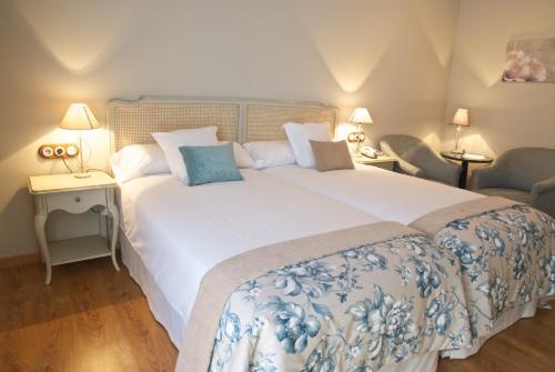A bed or beds in a room at Hotel Villa Monter