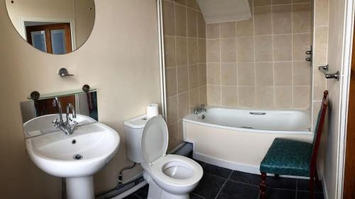 A bathroom at Dover Backpackers