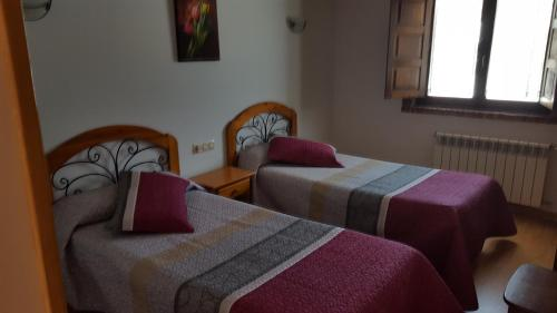 A bed or beds in a room at Hotel Restaurante La Parra