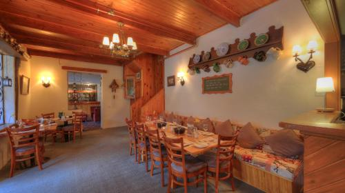 A restaurant or other place to eat at Candlelight Lodge