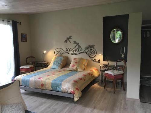 A bed or beds in a room at Gourmandine
