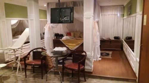 Um restaurante ou outro lugar para comer em Heru's Motel