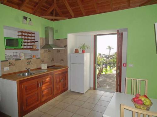 A kitchen or kitchenette at Casita Canaria con Vista
