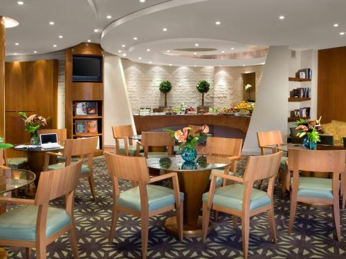 A restaurant or other place to eat at Dan Accadia Herzliya Hotel