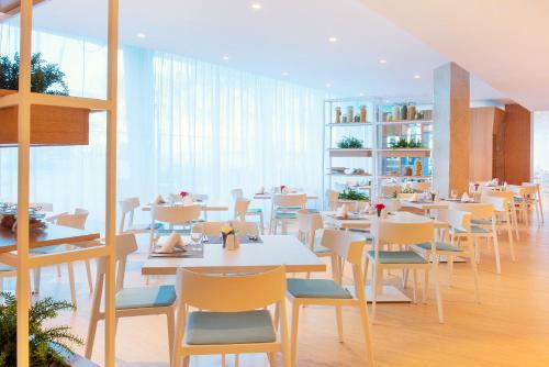 Un restaurante o sitio para comer en Iberostar Playa de Muro